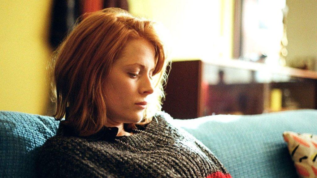 Emily Beecham como Daphne no filme de mesmo nome