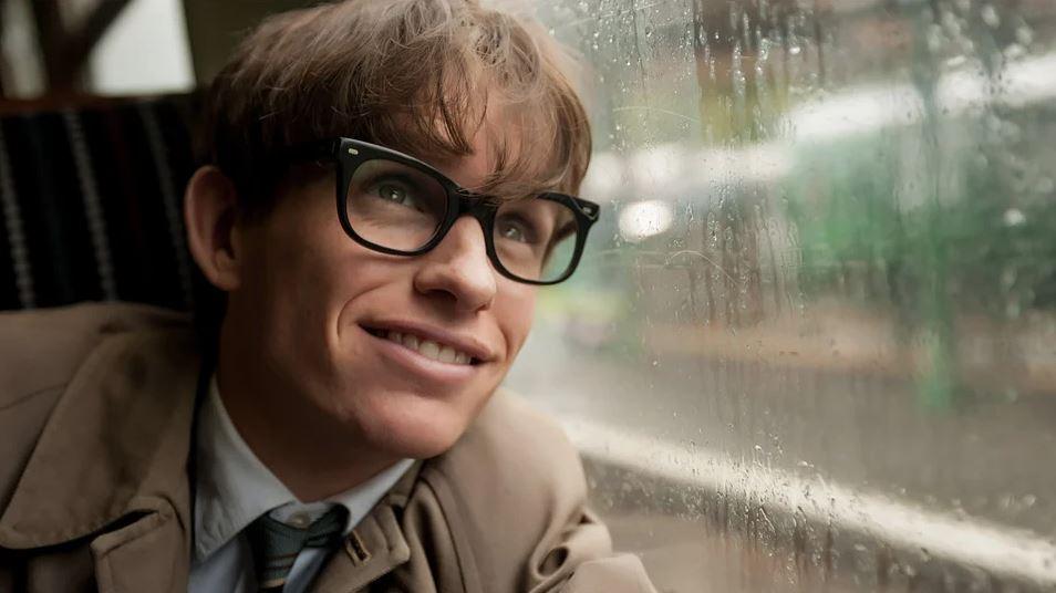Eddie Redmayne como Stephen Hawking em A Teoria de Tudo