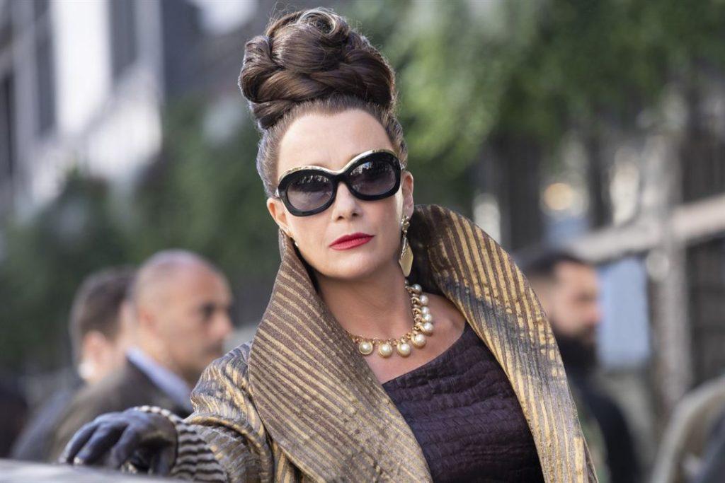 Emma Thompson como Baronesa Von Hellman em Cruella