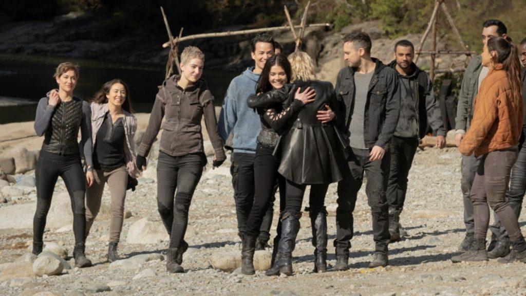 Alguns dos prisioneiros enviados à Terra pós-apocalíptica na série The 100 (Imagem: Reprodução/The CW)