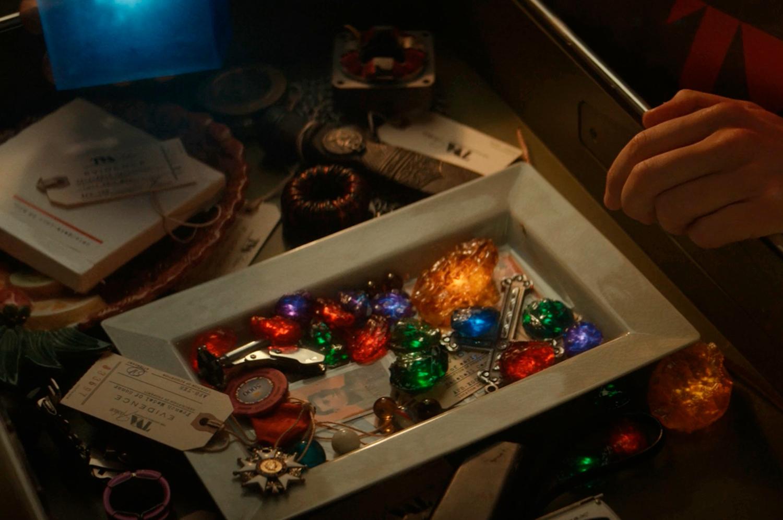 Loki: AVT colecionava diversas versões das Joias do Infinito em seu depósito (Imagem: Reprodução/Marvel).